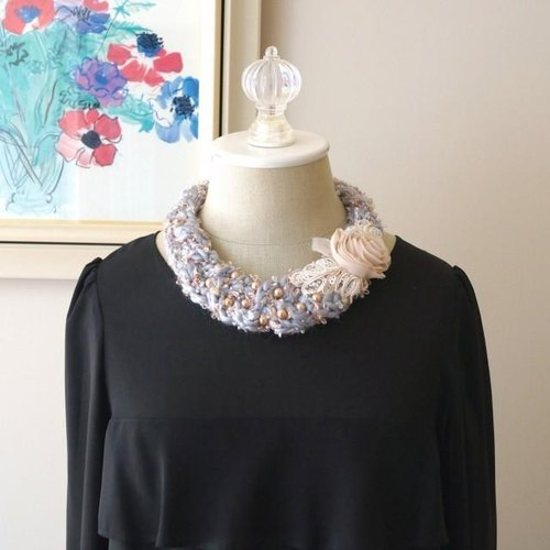 Rose and wool knitted necklace (gray / beige)