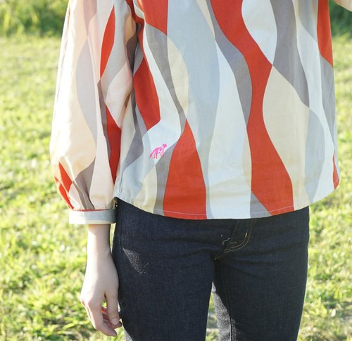 Yinke color geometric cute puppy streamline banging sleeve shirt / Limited