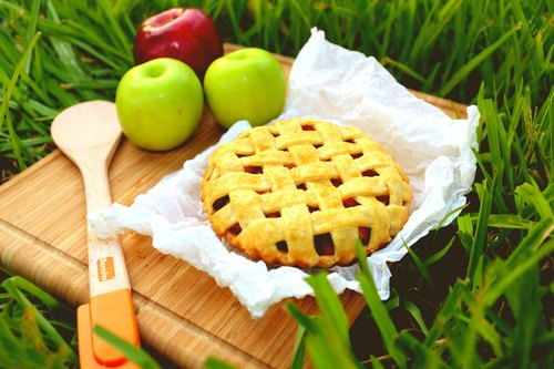 Laughing Apple Pie dessert _ weaving six inches