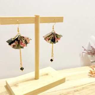 [Origami earrings series] black color thousand and paper fan models (can be changed ear clip)