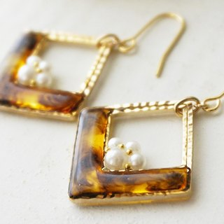 Tortoise Square and Design Pearl Earrings / Earrings