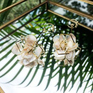 Vingt six big white flower earrings