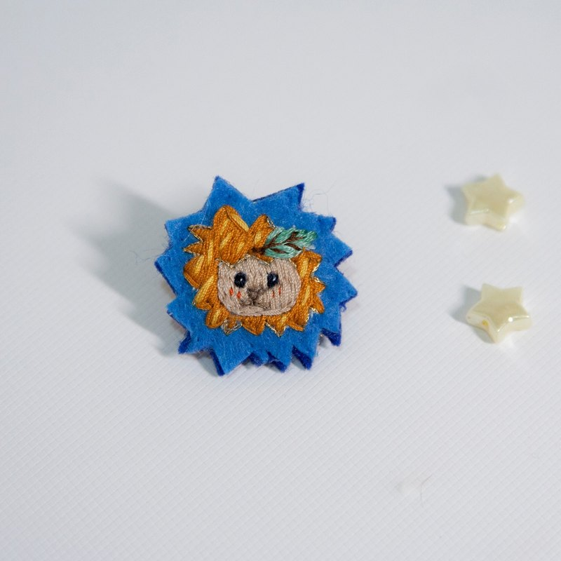 Pin-Lion Leaf [hand embroidery] Limited item
