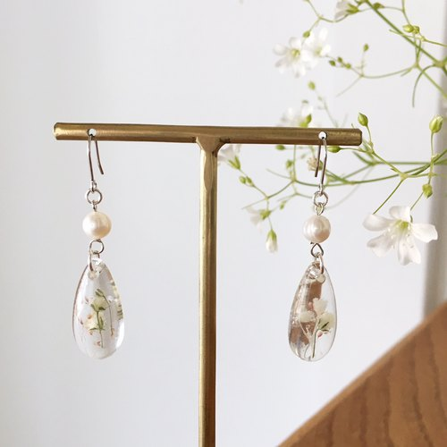 Swing drop shape earrings of babys breath and freshwater pearl (Silver) Vol.2