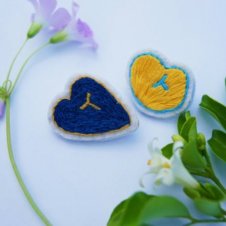 Sweetheart _ Hand-embroidered pin (blue)