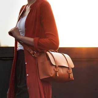 Messenger (M) warm yellow vegetable tanned leather crossbody / large-area leather one-piece / ultra-lightweight