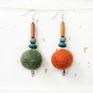 - Un Jess Cadeau - Christmas two-color autumn and winter wool felt ball player earrings