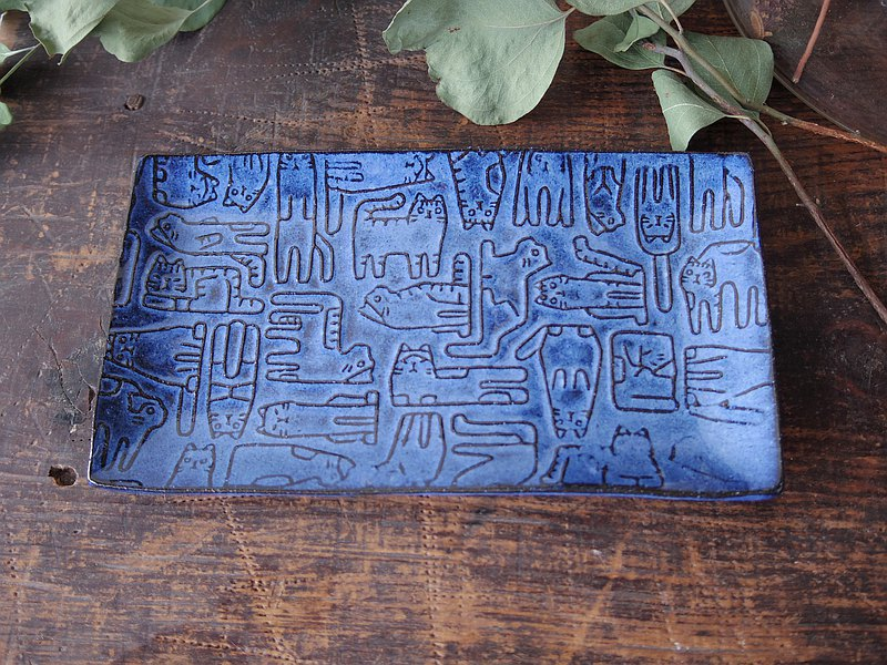 Blue rectangle plate with relief cats