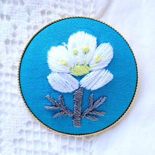White flower  - Embroidery Brooch Kit