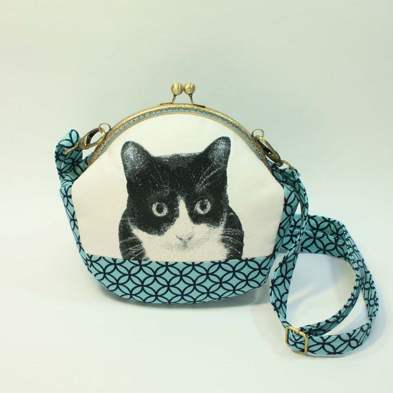 Embroidery 20cmU mouth gold oblique bag 06 - black and white cat