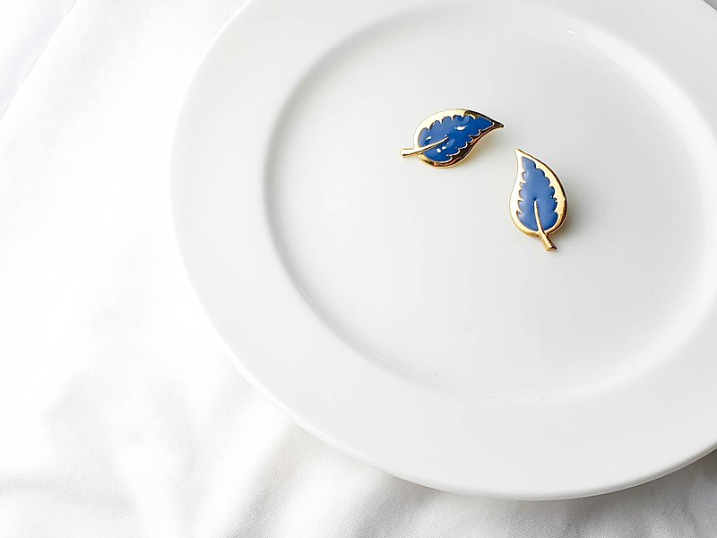 [The United States brought back Western antique jewelry] 1980s American jewelry blue leaf pin earrings