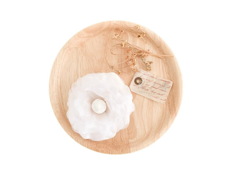 Corsage: Floral petal's one-wheel corsage (White)