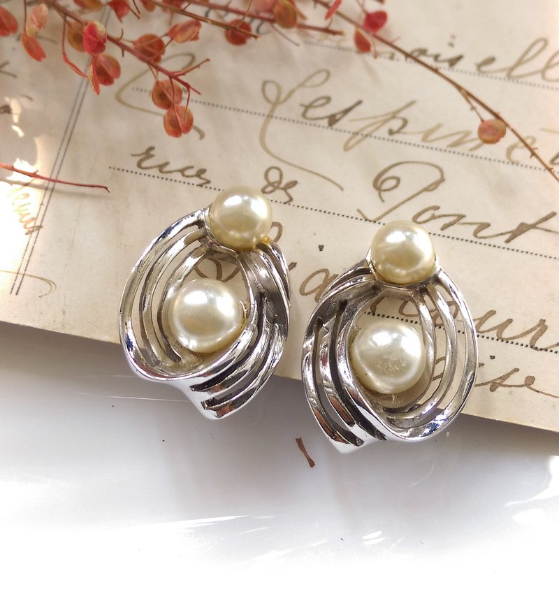 Western antique ornaments. DORÉ Elegant Pearl Clip Earrings
