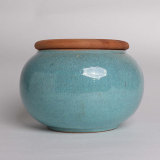 Blue round can (with wooden cover)