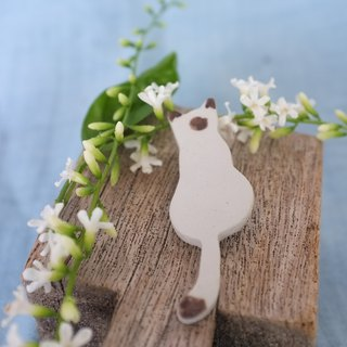 Siamese cat sit / ceramic brooch / handmade