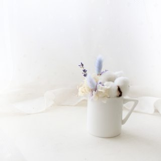 Small fresh and elegant purple milk mini table flower, white cotton coffee cup, dry flower ceremony