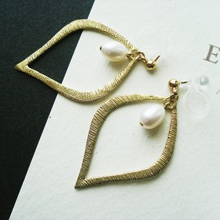 Fresh water pearl and gold color charm, clip on earrings 夾式