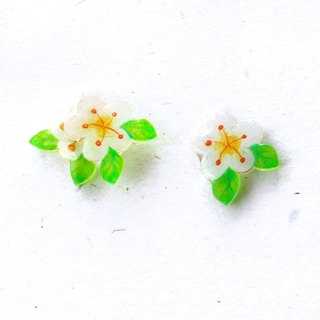 Small white flower asymmetrical earrings