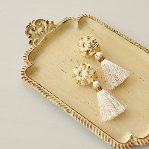 Earrings / Rosette tassel earring white