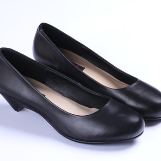 Round black low-heeled shoes