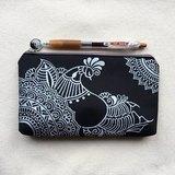 手繪收納包 鉛筆袋 化妝包 收納袋 筆袋 零錢包 拉鍊 筆盒 錢包 手機袋 銀 黑色 Henna Mandala 設計 彩繪 漢娜 蔓蒂 曼陀羅 禪繞 民族 印度彩繪 帆布