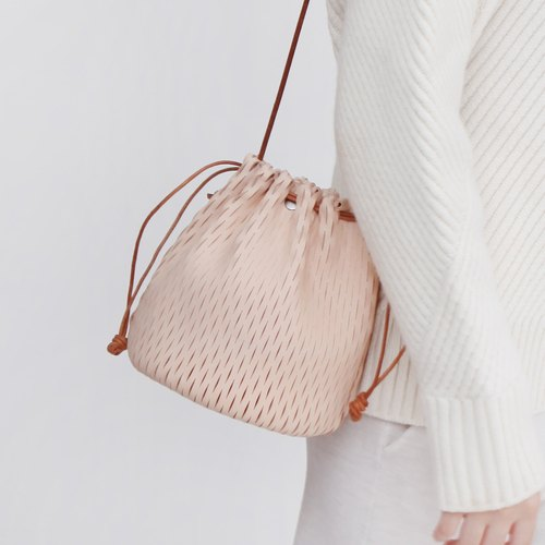 Small hand-woven vegetable tanned leather shoulder retro Messenger bucket bag female casual bag
