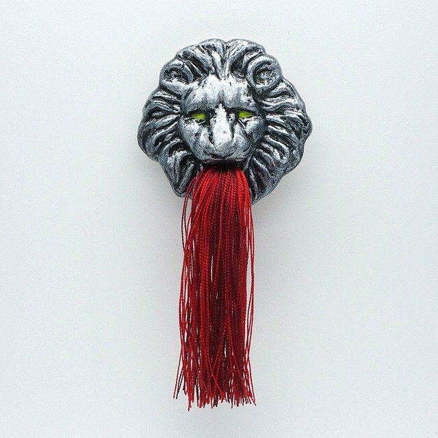Fountain lion broach (Red)
