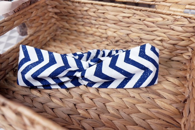 // hair band / blue and white triangle stripes