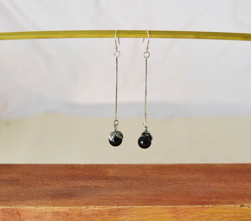 Qiufeng. Little wild fruit away. Black agate earrings