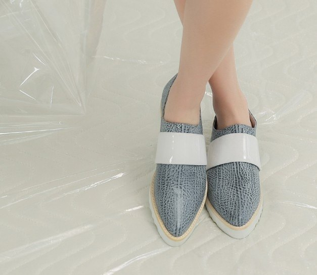 Broadband pointed thick-soled leather casual shoes blue embossed white