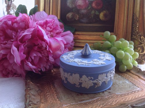 Annie mad antiques British bone china Wedgwood jasper Blue Jasper relief Vines large jewelry box, jewelry box