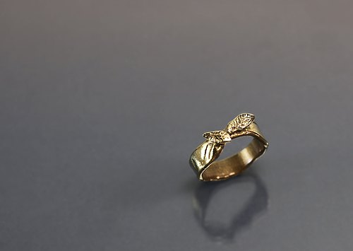 Interlacing leaves brass ring