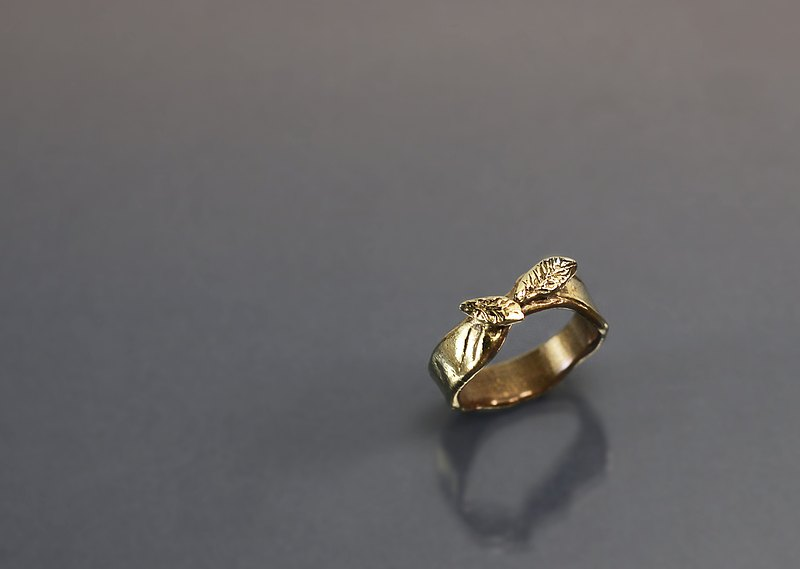 Interlaced leaf brass ring