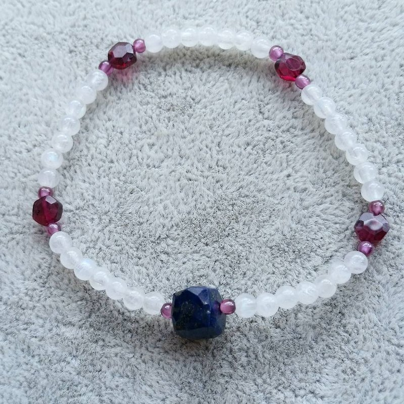 Elastic bracelet, lapis lazuli section with a small purple teeth black garnet, moonstone as a whole chain, every aspect garnet