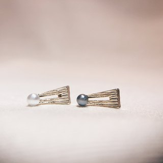 Small triangle blade - pearl white ear earrings [can be changed ear clip]