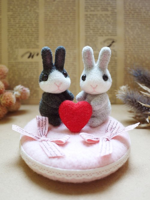 Petwoolfelt - Needle-felted rabbit ring pillow (pink)