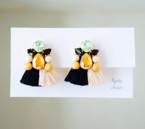 To coordinate the coordination. Silk yarn fringe and Swarovski earrings (monotone)