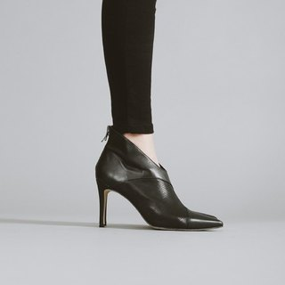 V-shaped oblique cut with leather high boots black