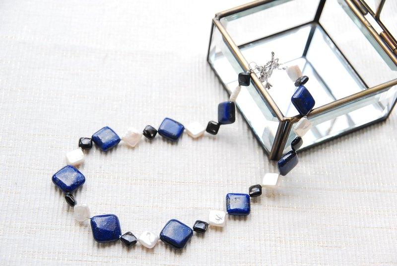 帶有方形寶石和珍珠的短項鍊