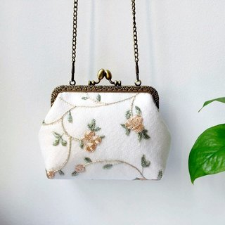 Lace art mouth gold bag cheongsam bag Messenger bag embroidery flower iphone phone bag mobile phone bag oblique bag bag bag birthday gift candy