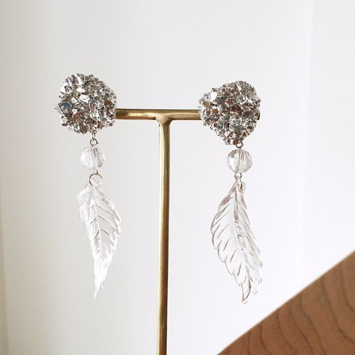 Silver mineral fake beads with clear winds earrings