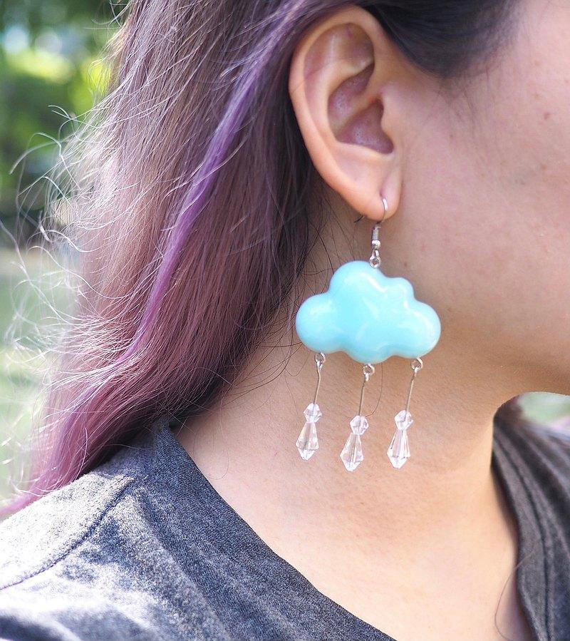 雨雲樹脂耳環 輕巧雲樹脂耳環。