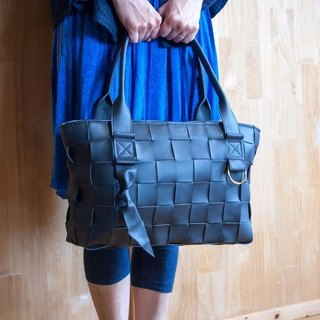 I knit with soft leather with a ring and furniture. Mesh leather / tote bag / black smooth / S