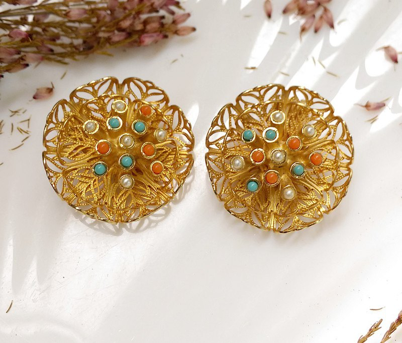 [Western antique jewelry / old age] 1970's three-dimensional flower silk flower clip earrings