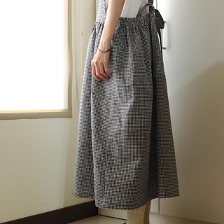 Everyday hand-made clothes live in the heart of the little girl black and white small plaid straps apron hemp cotton special