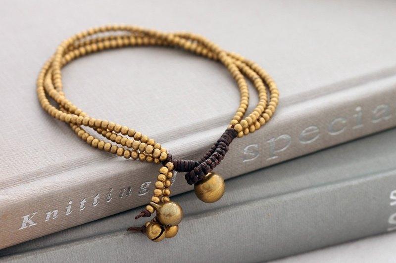 簡單的逗人喜愛的黃銅手鐲串珠的被編織的多鍊子垂懸