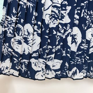 Skirt / Navy Floral Pleated Knee Skirt