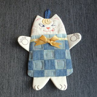 Playful little yellow cat pendant bag