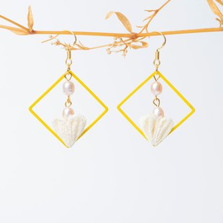 [蕾つぼみ]つまみ细工/ Freshwater pearls and wind cloth flower heart-shaped flower bud earrings (yellow)