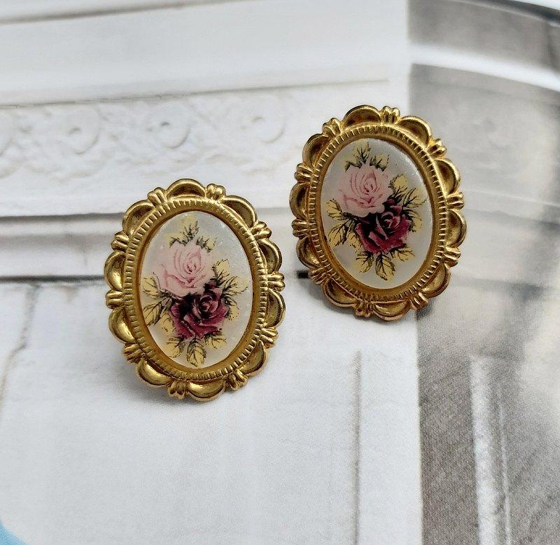 西洋古董飾品。雕紋橢圓框 浪漫玫瑰   針式耳環